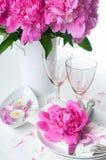 Festliches Gedeck mit rosa Pfingstrosen Lizenzfreie Stockfotografie