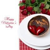 Festliches Gedeck mit roten Herzen und den Rosen, lokalisiert Lizenzfreie Stockbilder