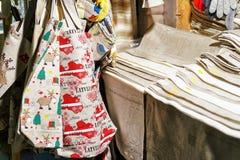 Festliches Gewebe bauscht sich am Stall während des Riga-Weihnachtsmarktes Lizenzfreies Stockbild
