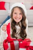 Festliches kleines Mädchen, das an der Kamera mit Geschenken lächelt Lizenzfreie Stockfotos