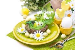 Festliches Ostern-Gedeck mit Dekorationen, Blumen, lokalisiert Stockfoto