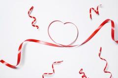 Festliches rotes Band lokalisiert auf weißem Hintergrund Stockfotos