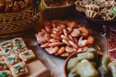 Festliches salziges Buffet, Fische, Fleisch, Chips, Käsebälle und andere Spezialitäten für das Feiern von Hochzeiten und von ande lizenzfreie stockbilder