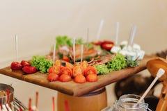 Festliches salziges Buffet, Fische, Fleisch, Chips, Käsebälle und andere Spezialitäten für das Feiern von Hochzeiten und von ande stockfoto