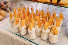 Festliches salziges Buffet, Fische, Fleisch, Chips, K?seb?lle und andere Spezialit?ten f?r das Feiern von Hochzeiten und von ande stockbild