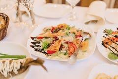 Festliches salziges Buffet, Fische, Fleisch, Chips, K?seb?lle und andere Spezialit?ten f?r das Feiern von Hochzeiten und von ande lizenzfreies stockfoto