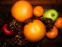 Festliches Stillleben der Pampelmuse, der Mandarinen und der Äpfel lizenzfreies stockfoto