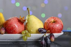 Festliches Stillleben von den frischen mehrfarbigen Früchten auf einem schönen Hintergrund Stockbild
