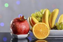 Festliches Stillleben von den frischen mehrfarbigen Früchten auf einem schönen Hintergrund Stockfoto
