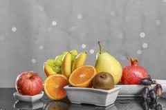 Festliches Stillleben von den frischen mehrfarbigen Früchten auf einem schönen Hintergrund Lizenzfreie Stockbilder