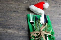 Festliches Tischbesteck eingestellt: Messer, Löffel und Gabel mit dem Band und grünem Stoff verziert mit einem Zweig der Kiefer u Stockbild