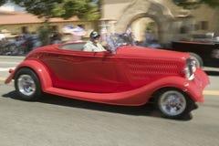 Festliches verziertes antikes Automobil stellt seine Hauptstraße der Weise unten während eines Viertels von Juli-Parade in Ojai,  Stockbild
