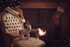 Festliches Weihnachten durch das Brüllen des Holzfeuers stockfotos