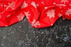 Festliches Weihnachtsgeschirrtuch oder -serviette über Tabelle, Kopienraum, Draufsicht, flache Lage lizenzfreie stockbilder