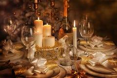 Festlig äta middag tabell med tända stearinljus Fotografering för Bildbyråer