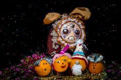 Festlig apelsin på en mörk bakgrund med färgrika kulor arkivbild