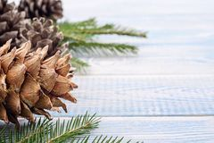 Festlig bakgrund för jul - gåvor och grankottar och på en blått royaltyfria bilder