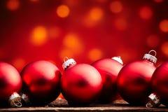 Festlig bakgrund för röda julbollar arkivfoto