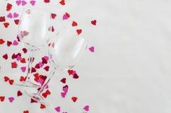 Festlig bakgrund för valentin dag, par av exponeringsglas, vit bakgrund med hjärtor, bästa sikt arkivfoto