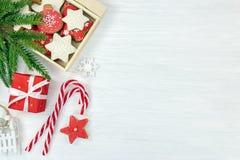 Festlig bakgrund för vinterferie med julträdfilialen, gi royaltyfri fotografi