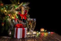 Festlig bakgrund med champagne och girlander fotografering för bildbyråer