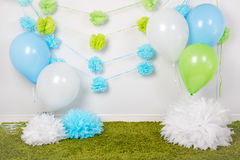 Festlig bakgrundsgarnering för första födelsedagberöm eller easter ferie med blått-, gräsplan- och vitbokblommor, ballonger Royaltyfri Fotografi