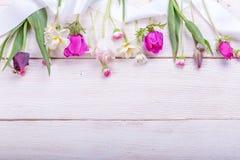 Festlig blommasammansättning på den vita träbakgrunden Över huvudet sikt Arkivfoton