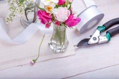 Festlig blommasammansättning på den vita träbakgrunden Över huvudet sikt Royaltyfria Bilder