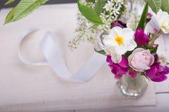 Festlig blommasammansättning på den vita träbakgrunden Över huvudet sikt Arkivbild