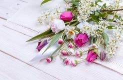 Festlig blommasammansättning på den vita träbakgrunden Över huvudet sikt Arkivbilder