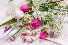 Festlig blommasammansättning på den vita träbakgrunden Över huvudet sikt Fotografering för Bildbyråer