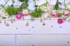 Festlig blommasammansättning på den vita träbakgrunden Över huvudet sikt Royaltyfria Foton