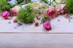 Festlig blommasammansättning på den vita träbakgrunden Över huvudet sikt Royaltyfri Foto