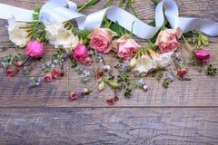 Festlig blommasammansättning på den vita träbakgrunden Över huvudet sikt Arkivfoto