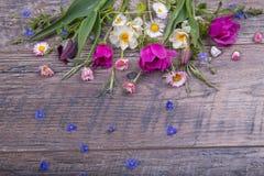 Festlig blommasammansättning på träbakgrunden Över huvudet sikt Arkivbilder