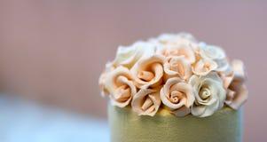Festlig bröllopstårta med blommor, guling-apelsin blommor, brits, härligt som är försiktig arkivbild