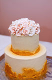 Festlig bröllopstårta med blommor, guling-apelsin blommor, brits, härligt som är försiktig royaltyfria bilder