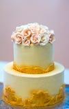Festlig bröllopstårta med blommor, guling-apelsin blommor, brits, härligt som är försiktig arkivfoto