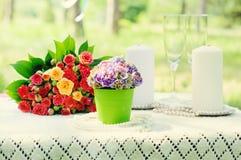Festlig brölloptabell med blommor och stearinljus Royaltyfria Foton