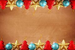 Festlig brun bakgrund för jul eller för nytt år med överkanten och nedersta gränser som göras av julleksaker royaltyfria foton