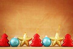 Festlig brun bakgrund för jul eller för nytt år med en nedersta gräns som göras av julleksaker royaltyfri foto