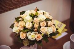 Festlig bukett av bruden som gifta sig buketten Blommor för brud` som s gifta sig ferie Arkivbilder