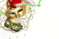 Festlig Carnivale maskering med pärlor på en vit bakgrund kopia arkivbild