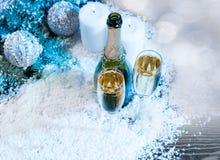 Festlig Champagne med stearinljus och garneringar Royaltyfri Fotografi