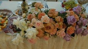 Festlig dekor av nya blommor på tabellen, bröllop, långsam mo, restaurang stock video
