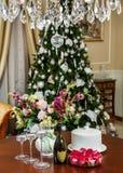 Festlig dekorerad tabell i inre för jul arkivbilder