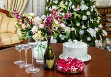 Festlig dekorerad tabell i inre för jul royaltyfri bild