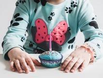 Festlig doftande muffin med en stearinljus royaltyfri foto