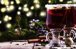 Festlig drink för jul och för nytt år, varmt funderat vin med cinna fotografering för bildbyråer