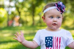 Festlig en årig flicka i parkera på 4th Juli Fotografering för Bildbyråer